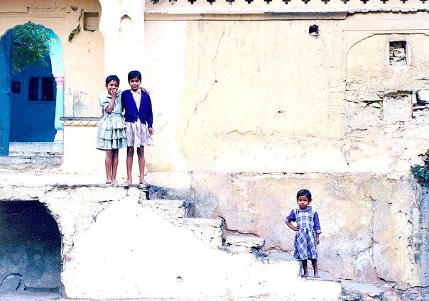 LittleGirlsCuriosityJaipurIndia. Photo credit: D.Wilkinson (Hot & Delicious Group).