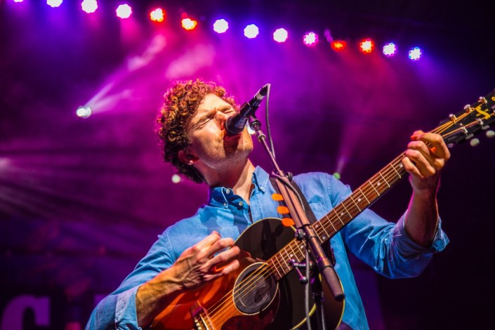 Vance Joy live at Verizon Theatre in Grand Prairie, Texas. Image by @hotndelicious.