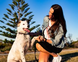 Bondi Pupperazzi photoshoot with Lauren Vickers + Kye in Bondi Beach